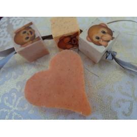 Rijgzeepje 3-3-3 cm oranje met perzikpitten, sinaasappelgeur